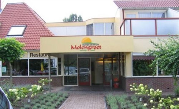 Pathway leading to the entrance of the Hotel Molengroet in Holland/