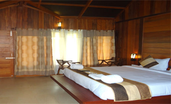 Bedroom with a double bed at the Sands Marina Hotel, Havelock Island/