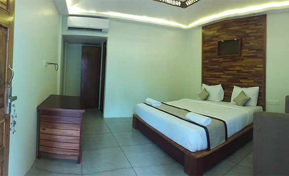 Bedroom with double bed and tiled floor/