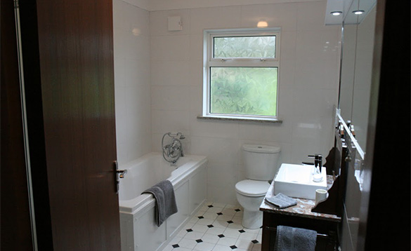 Bathroom with white bathroom suite/