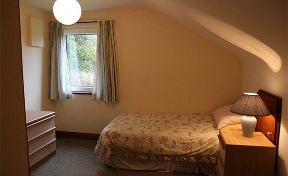 Bedroom with a single bed at Magee Lodge/