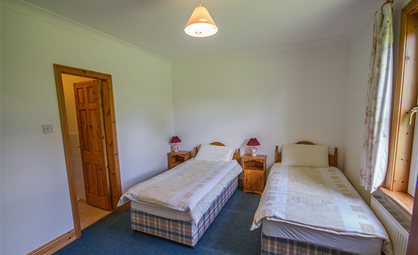 Twin en-suite bedroom in Tully's Lough Derg Holiday Homes self-catering cottage/