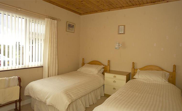 Bedroom with two single beds at Hillcrest B&B/