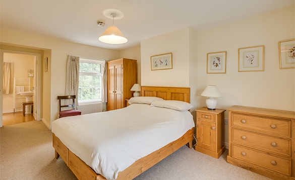 En-suite bedroom with double bed at the Bridge House, Belle Isle/