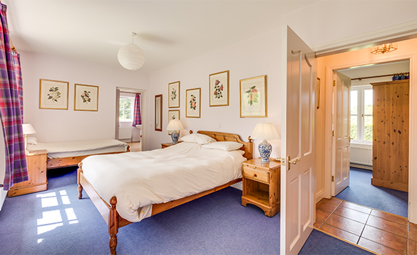 En-suite bedroom with double and single bed at Cathcart's Lodge, Belle Isle/
