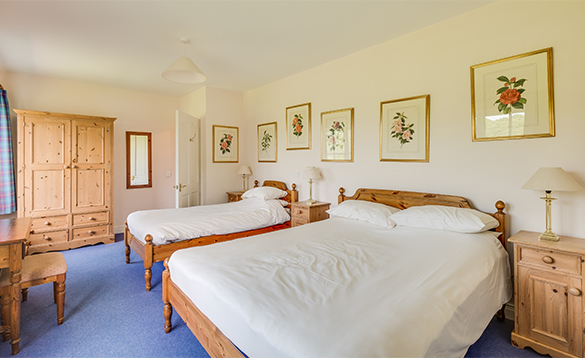 Bedroom with double and single bed at Cathcart's Lodge in Belle Isle/