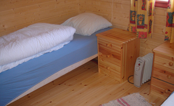 Bedroom with two single beds in a cabin at Xlyngen Havfiskecentre in Norway/